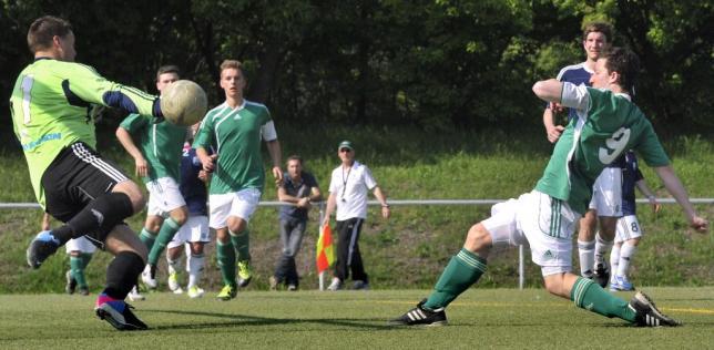 Bingen Lokalsport / Foto: Thomas Schmidt, SpVgg Ingelheim (Tor in der 79. Minute durch Florian Schneewind) gegen den VfL Frei-Weinheim (Torwart Petar Stojancic)